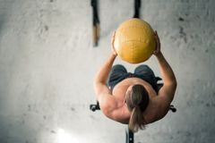 Os Abs de execução do homem atlético poderoso exercitam com bola de medicina fotos de stock royalty free