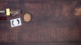 Os acessórios da mulher e para compor e os produtos de beleza no fundo de madeira video estoque