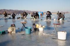 Os acessórios da pesca no rio congelam, Rússia Foto de Stock