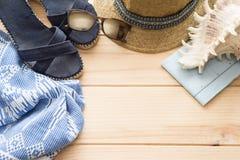 Os acessórios das férias de verão no fundo de madeira no plano colocam o arranjo da vista superior imagens de stock