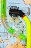 Os acessórios e os artigos da natação para o lazer viajam no fundo Fotos de Stock Royalty Free