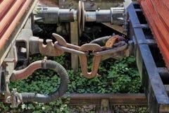 Os acoplamentos oxidados em caminhões railway ou em vagões do vintage velho na foto de stock