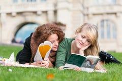 Os adolescentes atrasados da fêmea aprendem junto foto de stock