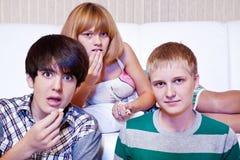 Os adolescentes comem a pipoca imagem de stock royalty free