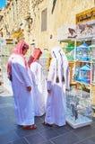 Os adolescentes de Qatari escolhem os pássaros do animal de estimação, Souq Waqif, Doha, Catar Imagens de Stock Royalty Free