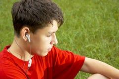 Os adolescentes escutam o jogador mp3 imagem de stock