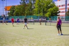 Os adolescentes jogam o mini futebol em uma superfície artificial imagens de stock royalty free