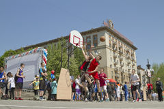 Os adolescentes jogam o streetball na terra ao ar livre do asfalto Imagem de Stock Royalty Free