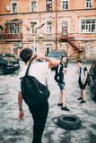 Os adolescentes penduram para fora o lazer urbano do estilo da juventude foto de stock royalty free
