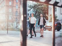 Os adolescentes penduram para fora o lazer urbano do estilo da juventude fotos de stock