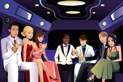 Os adolescentes que vão a um baile de finalistas party em uma limusina Foto de Stock