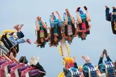 Os adolescentes vão upside-down no passeio do carnaval Imagens de Stock