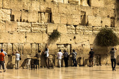 Os adoradores judaicos pray na parede lamentando um local religioso judaico importante Fotos de Stock Royalty Free