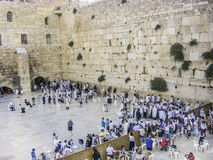 Os adoradores judaicos recolhem para um ritual na parede ocidental Imagens de Stock