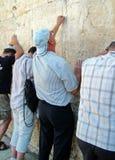 Os adoradores judaicos rezam na parede lamentando Imagem de Stock