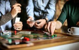 Os adultos igualmente gostam de jogos do jogo Fim acima fotografia de stock