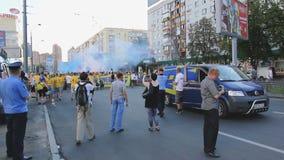 Os agentes da autoridade que contêm e que controlam ventilam bomba de fumo ardente vídeos de arquivo