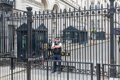 Os agentes da polícia guardam a porta do Downing Street 10, Londres Fotografia de Stock Royalty Free