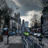 Os agentes da polícia metropolitanos estão vigilantes na frente de 10 Downing Street em Whitehall, cidade de Westminster, Londres Imagem de Stock Royalty Free