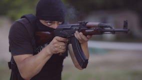 Os agentes de segurança são treinados para disparar em armas na escala de tiro video estoque