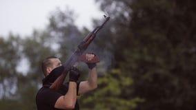 Os agentes de segurança são treinados para disparar em armas na escala de tiro vídeos de arquivo