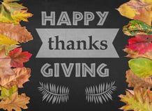 Os agradecimentos felizes que dão o dia gostam da rotulação da estação do cartão com folhas de outono Fotografia de Stock
