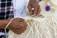 Os aldeões tomaram as listras de bambu para tecer em formulários diferentes para utensílios diários do uso dos povos dos communit imagem de stock royalty free