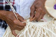 Os alde?es tomaram as listras de bambu para tecer imagens de stock