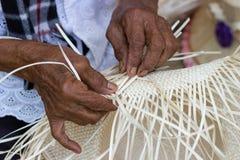 Os alde?es tomaram as listras de bambu para tecer em formul?rios diferentes para utens?lios di?rios do uso dos povos da comunidad imagem de stock royalty free