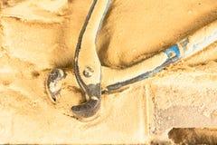 Os alicates utilizam ferramentas para o carpinteiro no fundo da tabela da serragem Equipamento para ofícios Foto de Stock