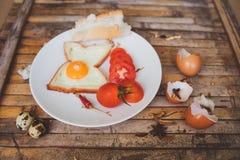 Os alimentos de café da manhã brindam, egg, tomate, pão Imagens de Stock Royalty Free