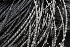 Os alinhadores longitudinais da textura do metal do cabo de aço metal cabos no conceito da indústria e da ligação Fotos de Stock