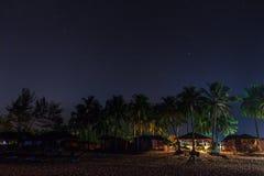 Os alojamentos da praia sob o céu da estrela Imagem de Stock