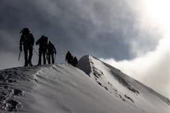 Os alpinistas em um cume nevado da montanha em uma excursão alpina chamaram Espaguete Redondo nos cumes europeus, Monte Rosa Mass foto de stock