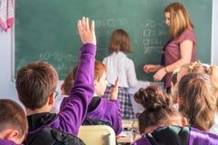 Os alunos estão participando ativamente na classe lição imagem de stock
