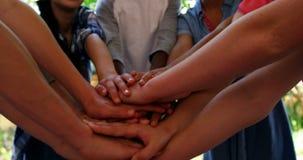 Os alunos que formam a pilha da mão na escola estabelecem como premissa 4k filme