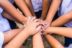 Os alunos usam a coordenação da mão em várias atividades fotos de stock