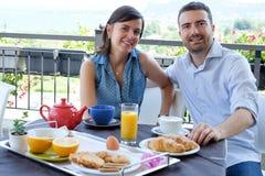 Os amantes acoplam comer o café da manhã fotografia de stock