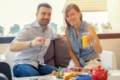 Os amantes acoplam comer o café da manhã no hotel fotos de stock royalty free