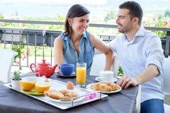 Os amantes acoplam comer um café da manhã no hotel fotografia de stock royalty free