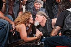 Os amantes beijarem quando Wrestling de braço Fotografia de Stock Royalty Free