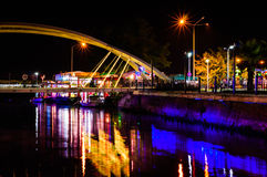 Os amantes constroem uma ponte sobre na noite Fotografia de Stock Royalty Free