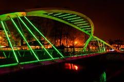 Os amantes constroem uma ponte sobre na noite do inverno Imagens de Stock