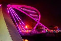 Os amantes constroem uma ponte sobre na noite do inverno Foto de Stock