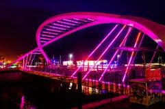Os amantes constroem uma ponte sobre na noite do inverno Imagem de Stock Royalty Free