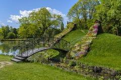 Os amantes constroem uma ponte sobre no jardim botânico Craiova, Romênia fotos de stock