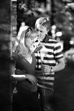 Os amantes equipam e mulher na tâmara romântica no parque Imagem de Stock Royalty Free