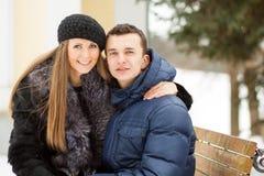 Amantes que beijam no banco Imagem de Stock