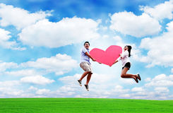 Os amantes saltam no céu com coração Imagens de Stock Royalty Free