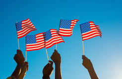 Os americanos aumentaram orgulhosamente a bandeira de América Fotografia de Stock Royalty Free